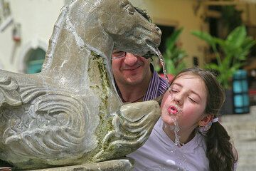 A little girl mastering the art of drinking from the fountain... (Photo: Tom Pfeiffer)