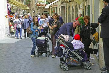 Street life in Taormina on a Saturday afternoon... (Photo: Tom Pfeiffer)