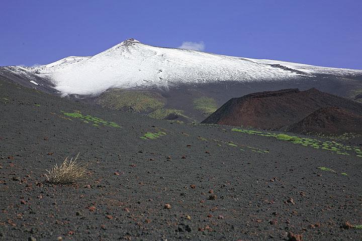 Snow cover of Etna in April (Photo: Tom Pfeiffer)