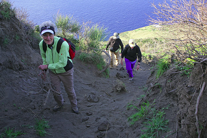 Steep ascend through a hollow trail in eroded soil made of ash (Photo: Tom Pfeiffer)