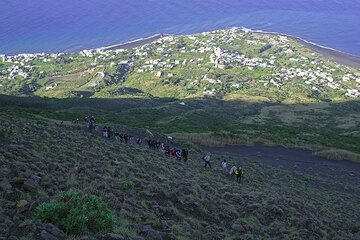 Groups of hikers are climbing the volcano. (Photo: Tom Pfeiffer)