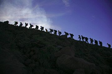 Groups of volcano climbers on their way up (Photo: Tom Pfeiffer)