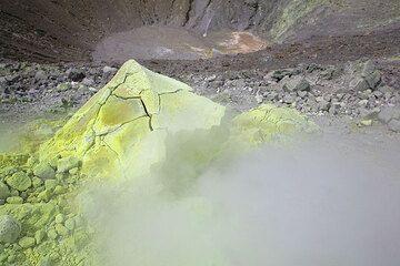 Azufre bomba de corteza de pan con costras en el borde del cráter del volcán de la Fossa, Isla de Vulcano (Photo: Tom Pfeiffer)