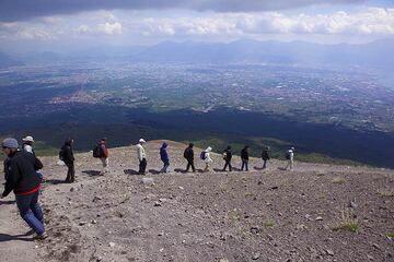 On the rim of Vesuvius crater (Photo: Tom Pfeiffer)