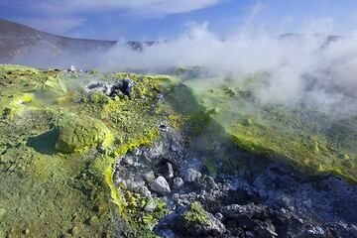 Fumarole at the crater of La Fossa volcano, Vulcano Island, Eolian Islands, Italy (Photo: Tom Pfeiffer)