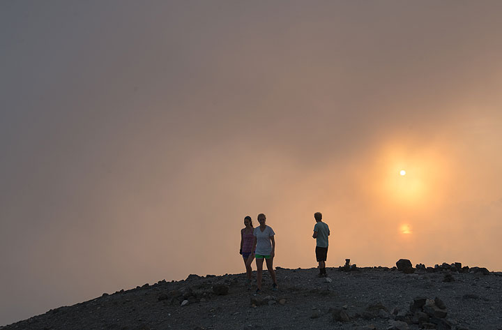 People on the opposite crater rim (Photo: Tom Pfeiffer)