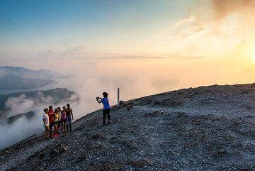 Taking group photos from the summit of La Fossa (Photo: Tom Pfeiffer)