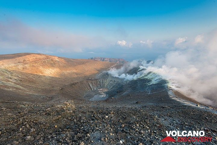 View of La Fossa crater and the fumarole field on its eastern rim (Photo: Tom Pfeiffer)