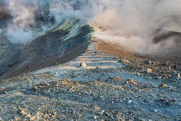 Crater rim of La Fossa and fumaroles (Photo: Tom Pfeiffer)