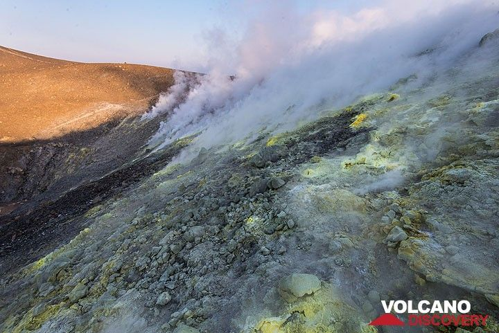 Inner crater rim of La Fossa volcano, Vulcano Island (Eolian Islands, Italy) with steaming fumaroles (Photo: Tom Pfeiffer)