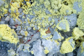 Drops of molten sulfur can often be found in the fumaroles (Photo: Tom Pfeiffer)