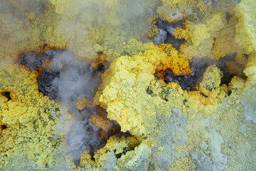 Gas (SO2) and steam escaping from a fumarole (Photo: Tom Pfeiffer)