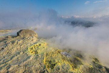 Yellow sulfur deposits (Photo: Tom Pfeiffer)