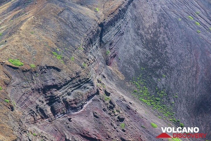 Tephra and lava layers in the crater of Zao volcano, Japan (Photo: Tom Pfeiffer)