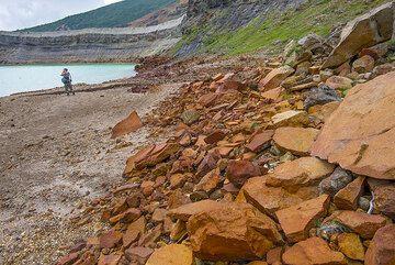 Oxide-covered rocks at the shore of Okama lake (Photo: Tom Pfeiffer)