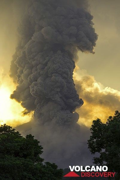 Eruption column of a powerful vulcanian explosion on the afternoon of 27 Sep. (Photo: Tom Pfeiffer)