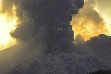 Violent vulcanian explosion of Sakurajima volcano, Japan, on the evening of 27 Sep 2013 (Photo: Tom Pfeiffer)