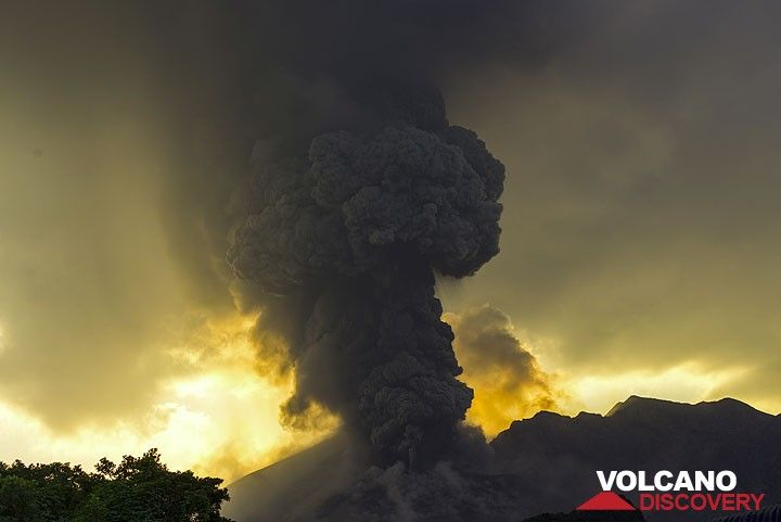 Vulcanian eruption column. (Photo: Tom Pfeiffer)