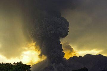 Vulcanian eruption column. (Photo: Tom Pfeiffer)