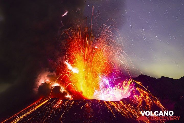 The same eruption two minutes after the start still goes on strong, with much lightning and fountains of lava and ash. Sakurajima volcano, Japan, 27 Sep 2013. (Photo: Tom Pfeiffer)