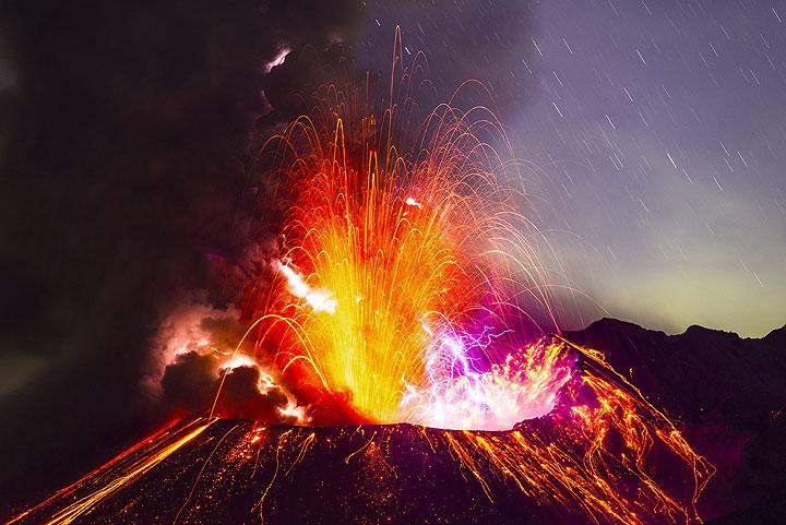 La misma erupción dos minutos después del comienzo todavía sigue fuerte, con mucha luz y fuentes de lava y ceniza. Volcán Sakurajima, J.... (Photo: Tom Pfeiffer)