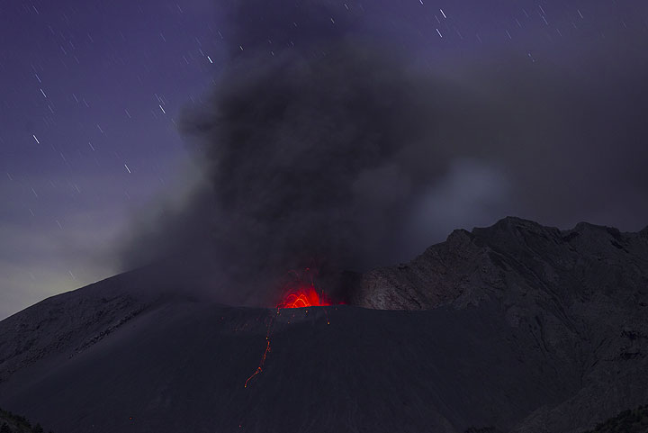Ash emissions and weak strombolian activity from the Showa crater. (Photo: Tom Pfeiffer)