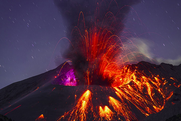 Explosion at 19:33 (UTC) on 27 Sep (or 04:33 JST on 28 Sep). (Photo: Tom Pfeiffer)