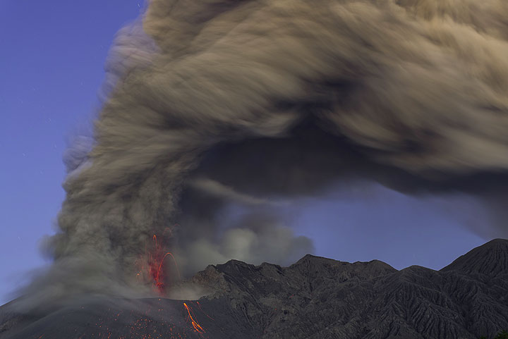 4 minutes after the start, the eruption still goes on with weak fountains of lava visible at the base of the ash column. (Photo: Tom Pfeiffer)