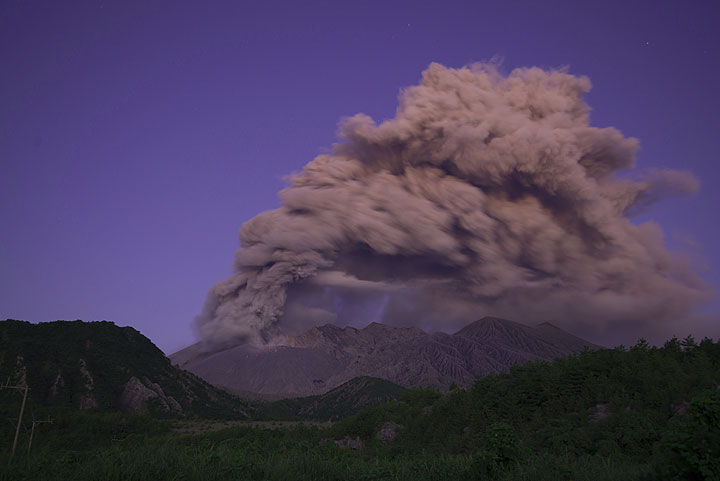 Ash venting before dawn. Southern winds bend the plume towards the north. (Photo: Tom Pfeiffer)