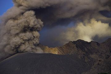 Ash venting from the Showa crater before dawn. (Photo: Tom Pfeiffer)
