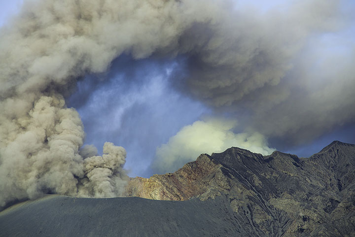 Ash plume bended over by strong winds. (Photo: Tom Pfeiffer)