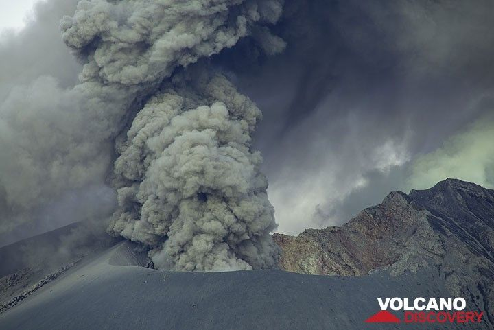 Ash venting from Showa crater. (Photo: Tom Pfeiffer)
