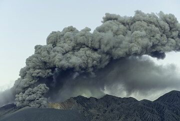Continuous ash venting produces a plume of a few 100 m height, drifting to the north. (Photo: Tom Pfeiffer)