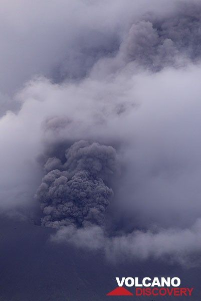 Ash venting on the afternoon of 28 Sep. (Photo: Tom Pfeiffer)