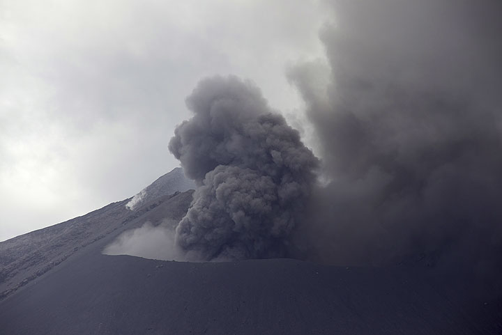 On 14 July, the Showa crater was mainly producing near-constant ash emissions, which were very noisy - roaring jet-engine-like sounds swelling and decreasing. On the other observation days, no sounds could be heard, though. (Photo: Tom Pfeiffer)