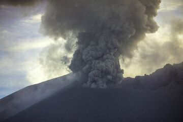 Ash emissions reaching about 500 m height above the Showa crater (14 July). (Photo: Tom Pfeiffer)
