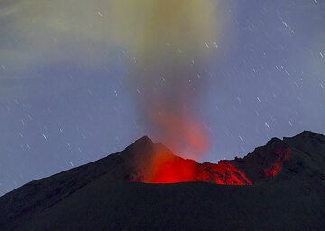 During the second half of the night 14-15 July, the Showa crater continued to produce noisy ash emissions and incandescence was often visible at the base of the plume, suggesting weak, deep-seated strombolian activity in the vent. (Photo: Tom Pfeiffer)