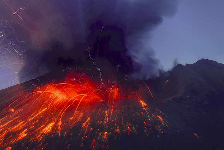Suddenly, the volcano explodes with a very loud detonation and ejects a mass of lava, rocks and a quickly rising ash plume (21 July 11:02 UTC). (Photo: Tom Pfeiffer)