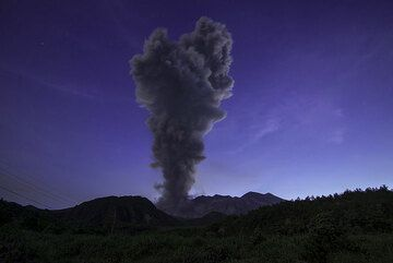 The plume from the explosion rises vertically to 12,000 ft. (Photo: Tom Pfeiffer)