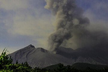 Constant ash venting and smaller explosions followed during the rest of the night. After the explosion at 11:02 UTC, the volcano had no other vulcanian explosions for about 20 hours. (Photo: Tom Pfeiffer)