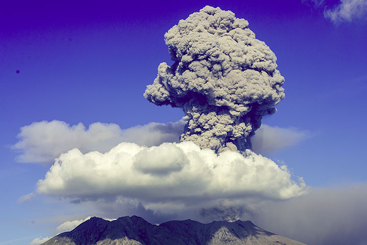 The last explosion produced an ash eruption column rising to 14,000 ft (22 July 07:35 UTC). (Photo: Tom Pfeiffer)
