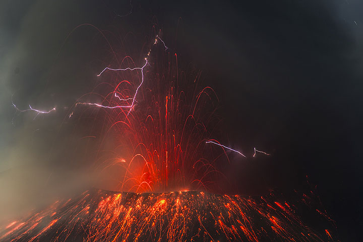 The slopes of Showa crater littered with incandescent bombs during the fountaining phase of the ongoing eruption (14:33 UTC, 22 July). (Photo: Tom Pfeiffer)