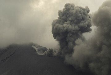 Ash emission from Showa crater on the evening of 24 July. (Photo: Tom Pfeiffer)