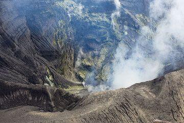 View into the active crater of Suwanosejima volcano (Tokara Islands, Japan) (Photo: Tom Pfeiffer)