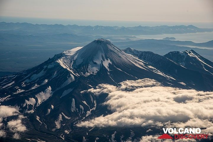 Koryaksky's neighbor volcano, Avachinsky follows a few moments later to the left. (Photo: Tom Pfeiffer)