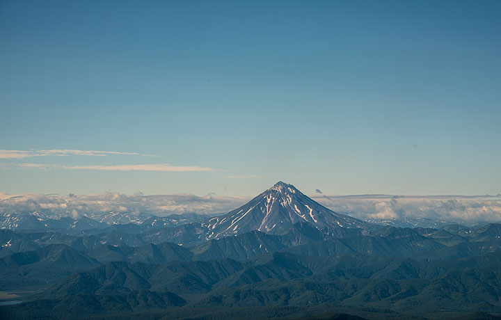 After the plane turned 180 deg into the western landing approach path, another volcano comes into the sight from the left windows: Vilyuchik stratovolcano at the edge of the southern plateau. (Photo: Tom Pfeiffer)