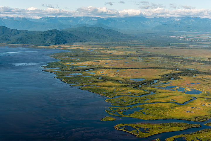 The flatlands of the Avacha river delta with the southern plateau. (Photo: Tom Pfeiffer)