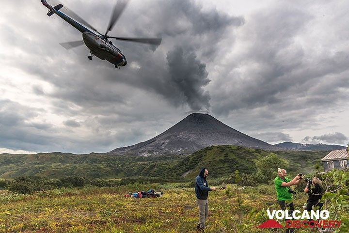 The helicopter leaves. The cozy volcanologists' hut where we will spend the next days is visible in the right. (Photo: Tom Pfeiffer)