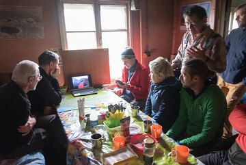 Volcanologist Alexei Ozerov from the Institute also has joined us and is giving a lecture about Kamchatka's volcanoes and eruption dynamics during tea time. (Photo: Tom Pfeiffer)