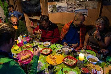 Dinner in the hut: (Photo: Tom Pfeiffer)